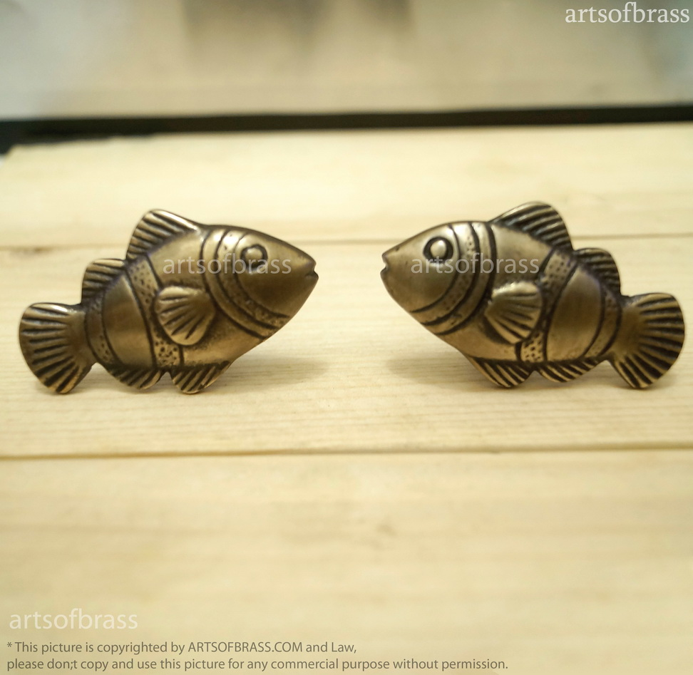Lot of 2 pairs vintage brass crown fish cabinet knobs for Fish cabinet knobs